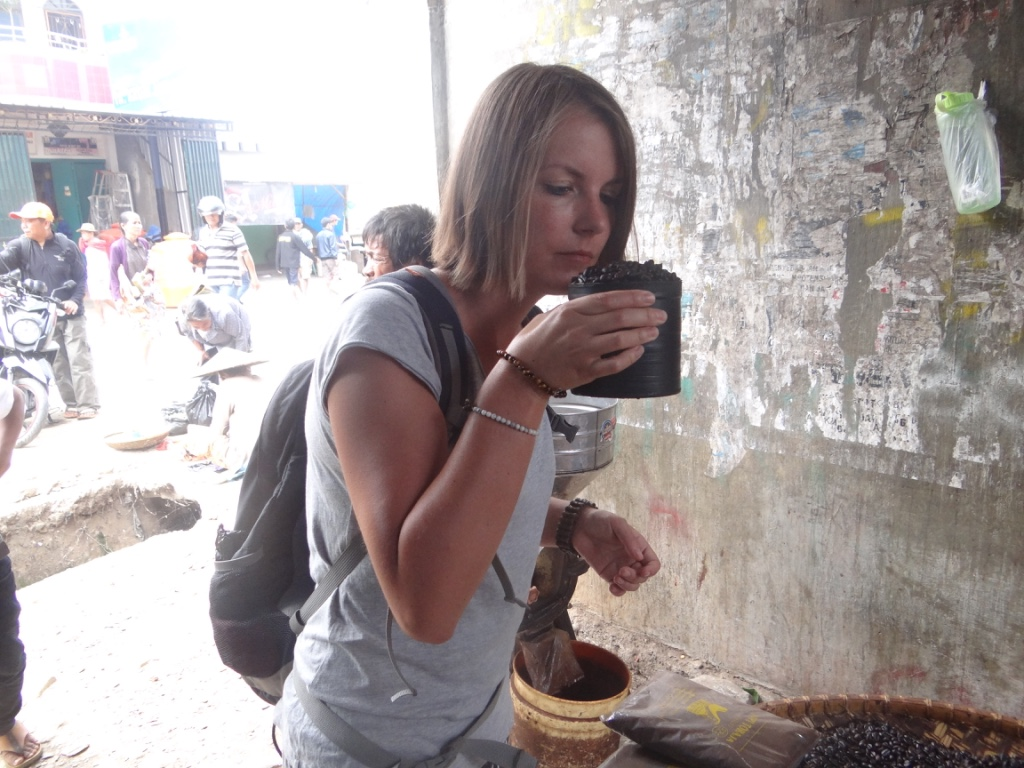 Tanja Toraja: Kaffee testen. Riecht gut. Schmeckt gut.
